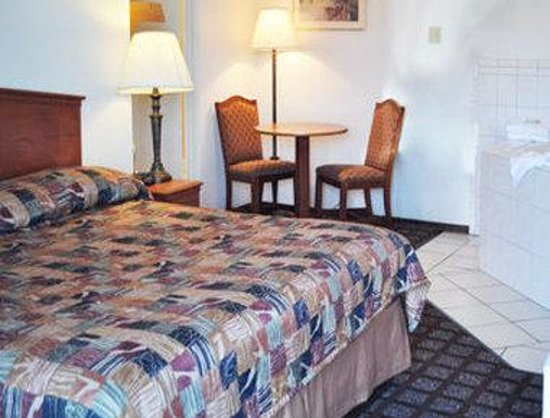 Super 8 Santa Cruz/Beach/Boardwalk West: One King Bed Room With Jacuzzi