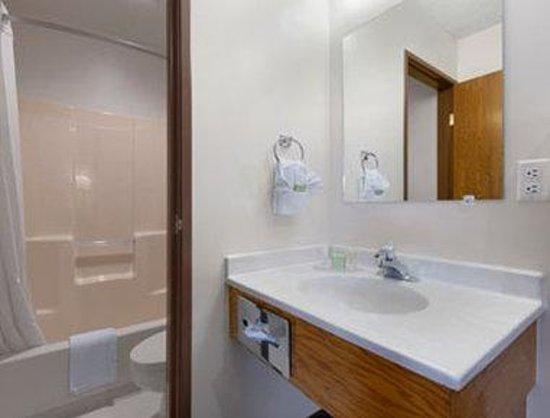 Super 8 Richfield UT: Bathroom.