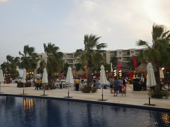 Dreams Riviera Cancun Resort & Spa : Mexican night around the pool