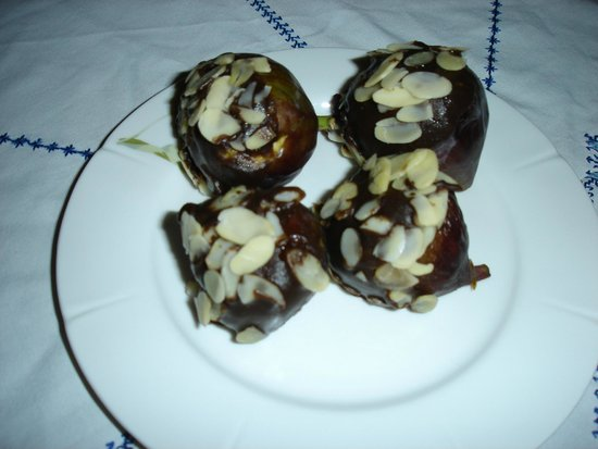 Riad Dar Guennoun: Zenab's figs dipped in chocolate and almonds - YUM!