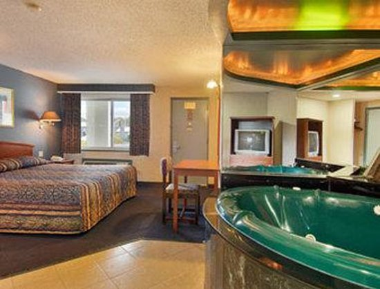 Super 8 Ord New Haven Jacuzzi Suite