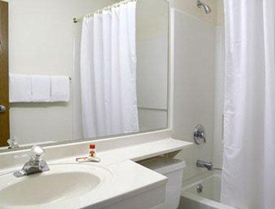 Super 8 Aberdeen North : Bathroom