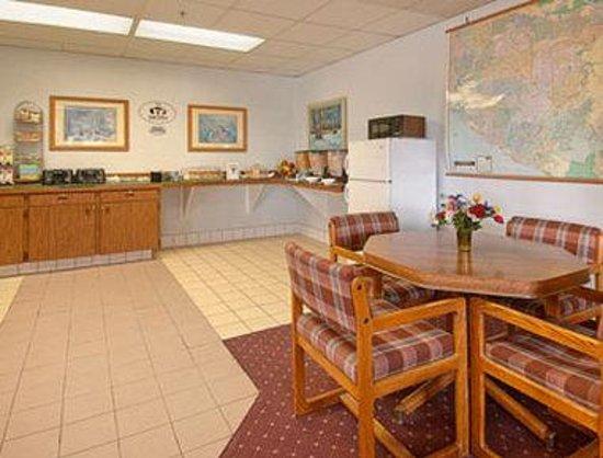super 8 costa mesa newport beach area orange county. Black Bedroom Furniture Sets. Home Design Ideas