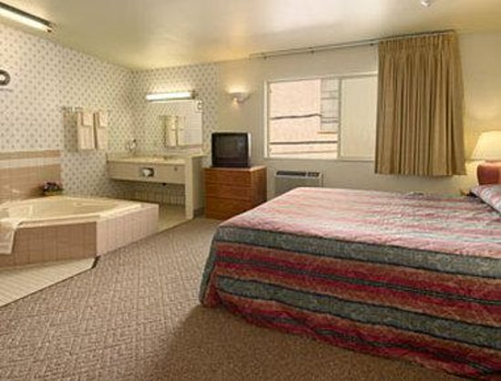 Super 8 Costa Mesa/Newport Beach Area: Jacuzzi Full Suite