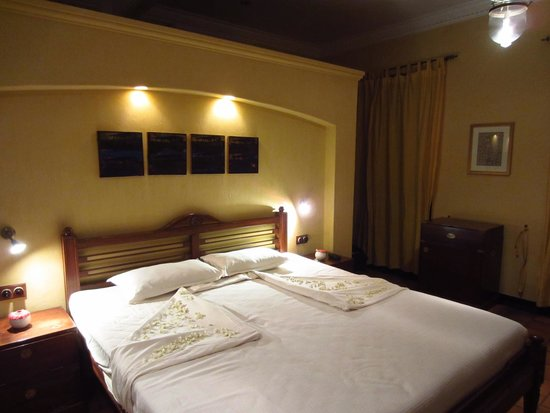 Old Harbour Hotel : The room smelled amazing and fresh jasmine petals were placed on our bed