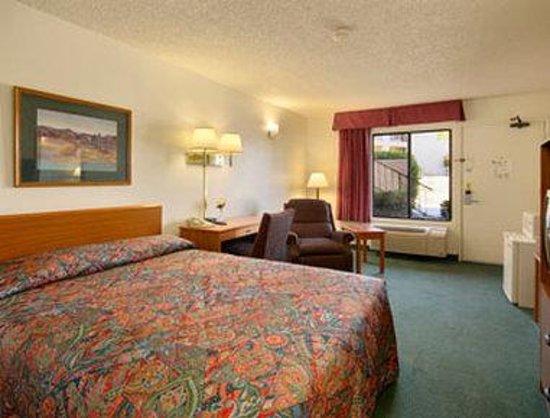 Super 8 Barstow: Standard Queen Bed Room with MicroFridge