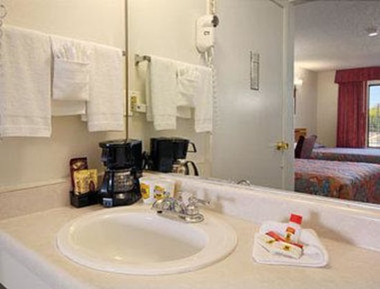 Super 8 Barstow: Bathroom
