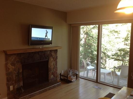 Tunnel Mountain Resort: fireplace with picture of patio