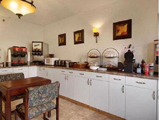 Days Inn Leominster/Fitchburg Area: Breakfast Setup