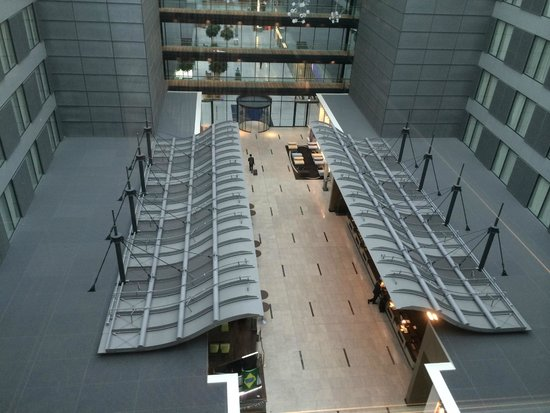 Hilton Frankfurt Airport Hotel: Looking down from 10th floor to modern lobby area