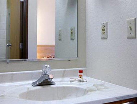 Super 8 Appleton : Bathroom