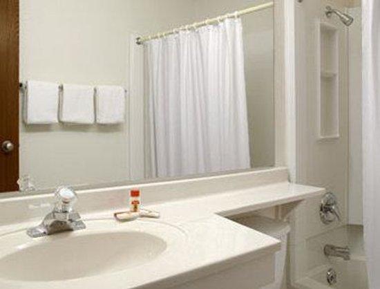 Super 8 Aberdeen West: Bathroom