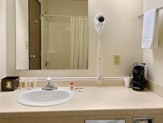 Super 8 Wautoma: Bathroom