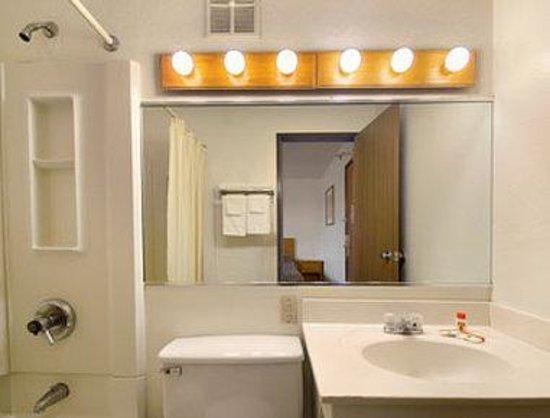 Super 8 Richmond/Broad Street: Bathroom