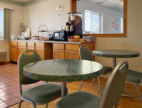 Super 8 Monmouth IL: Breakfast Area