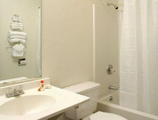 Super 8 Longmont/Twin Peaks: Bathroom