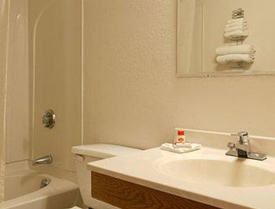 Super 8 Chattanooga Lookout Mountain TN: Bathroom