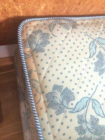 Miramar Hotel Tenerife Island: Stained mattress