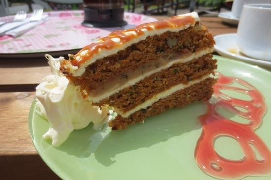 Fountain Cottage Cafe & Tearoom: Carrot cake