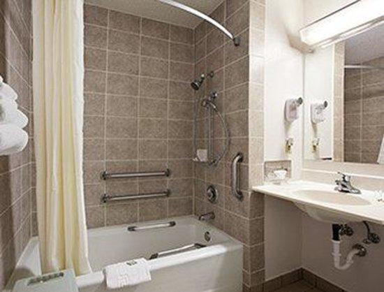 Super 8 Peru Starved Rock State Park: ADA Bathroom