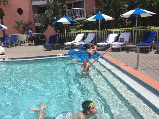 Beach House Suites by The Don CeSar: Pool stair. Good place for little kids to practice swimming.