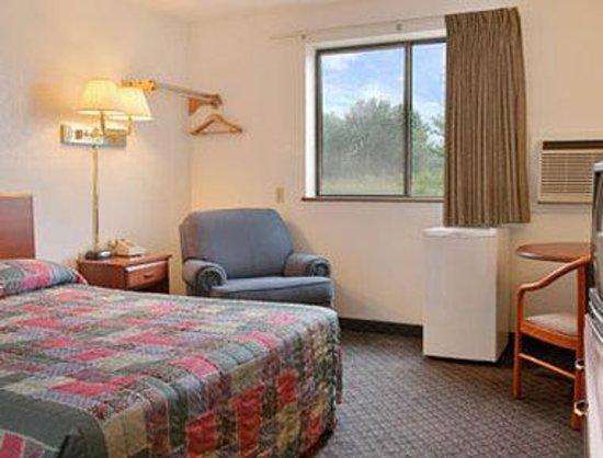 Super 8 Kenosha / Pleasant Prairie: Double Bed Room with Refrigerator