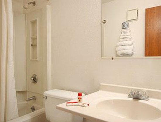 Super 8 Kenosha / Pleasant Prairie: Bathroom