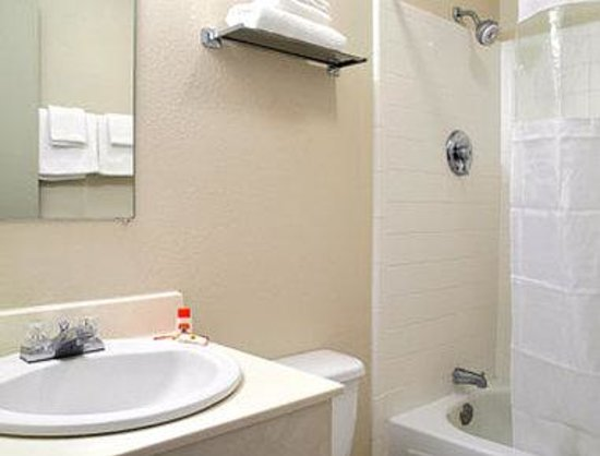 Super 8 Knoxville Downtown Area: Bathroom