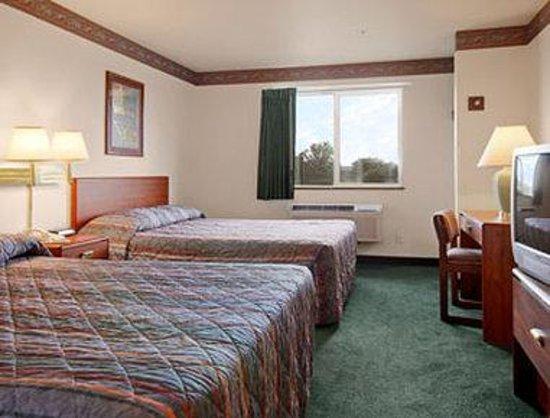 Super 8 Windsor: Standard Two Queen Bed Room