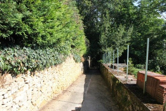 La Maison du Moulin a Vent : footpath into town, near B&B