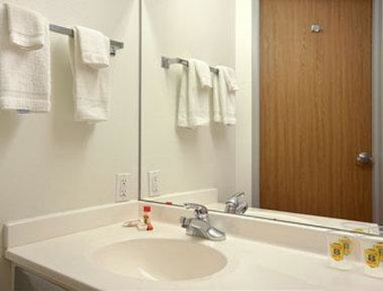 Super 8 Windsor: Bathroom