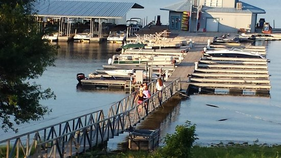 Fourwinds Lakeside Inn & Marina: Renting a boat is a MUST! didn't think I'd enjoy it but.. I was wrong!