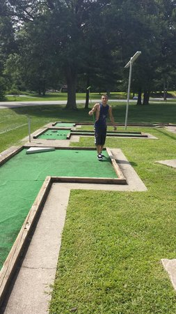Fourwinds Lakeside Inn & Marina: Mini golf (get the balls and clubs at the desk)