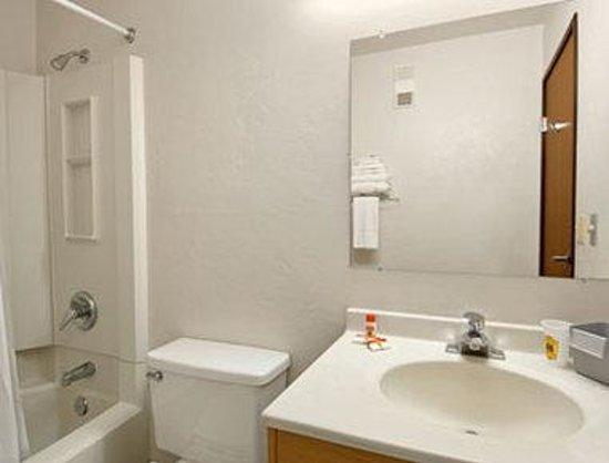 Super 8 Bremerton: Guest Bathroom