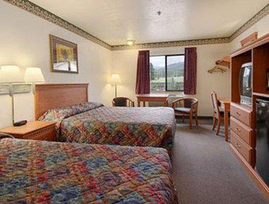 Super 8 Grants Pass: Standard Two Queen Bed Room