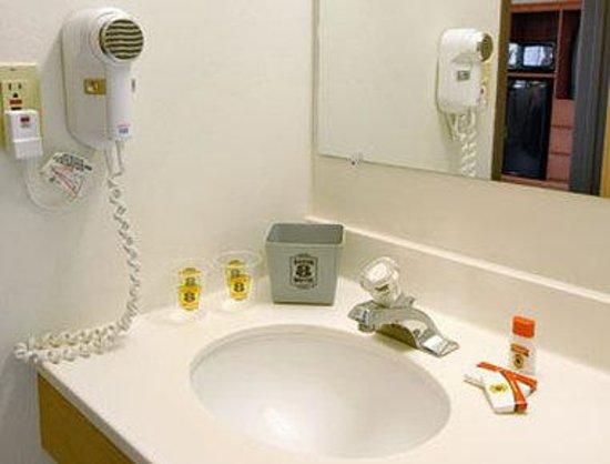Super 8 Grants Pass: Bathroom