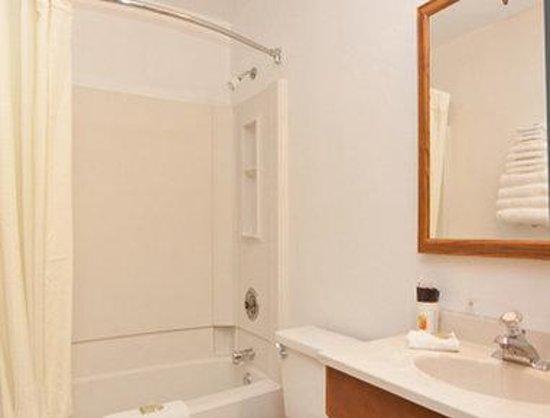 Motel 6 : Bathroom