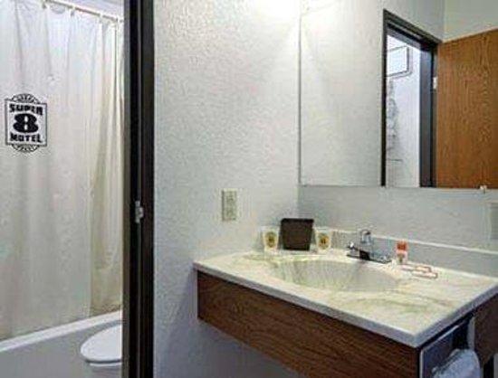 Super 8 Glencoe: Bathroom