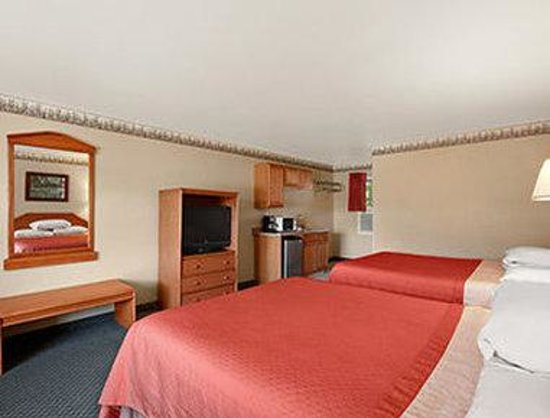 Super 8 Lake George/Downtown : Two Queen Bed Suite