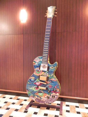 Seminole Hard Rock Hollywood Casino: Hard Rock large guitar in lobby of the Casino/Hotel