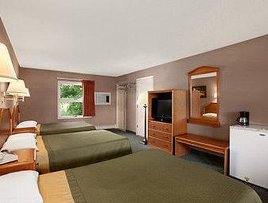 Super 8 Lake George/Downtown : Three Beds Room