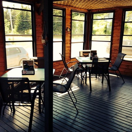 Clucking Hen Cafe and Bakery: Awesome view in the indoor screen dining area