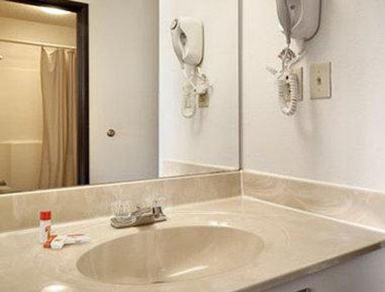 Super 8 Washington/Peoria Area : Bathroom