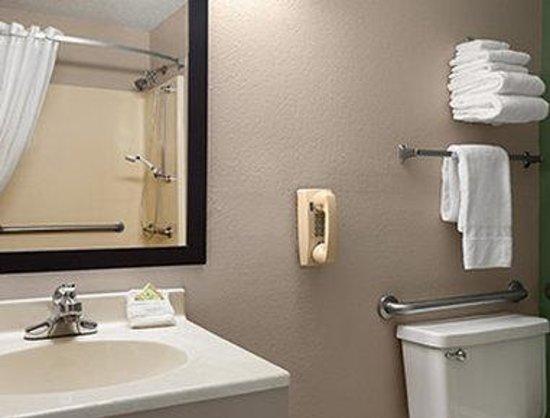 Super 8 Batesville: Bathroom
