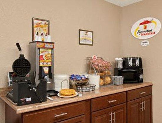 Super 8 Massena NY : Breakfast Area