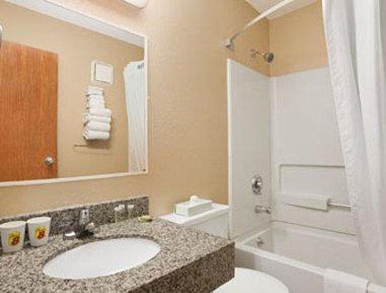 Super 8 Massena NY: Bathroom