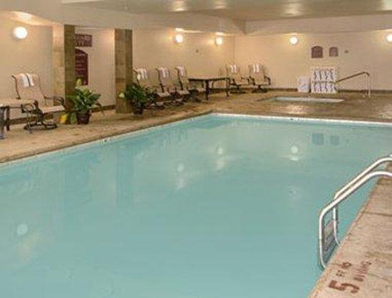 Super 8 Bonner Springs: Pool