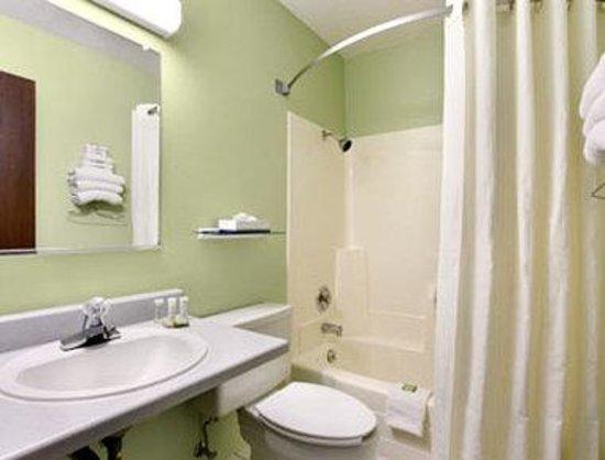Super 8 Fargo/I-29/West Acres Mall: Bathroom