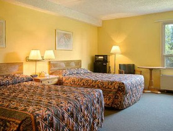 Days Inn Manassas/I-66: Two Double Bed Room with Micro/Fridge