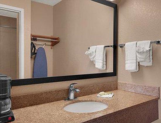 Super 8 Fort Myers: Bathroom